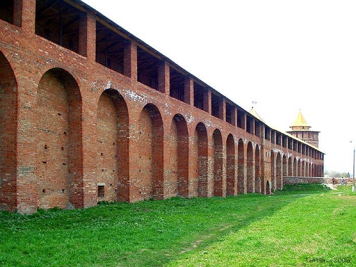 Монастыря находится одна из двух сохранившихся стен Коломенского…