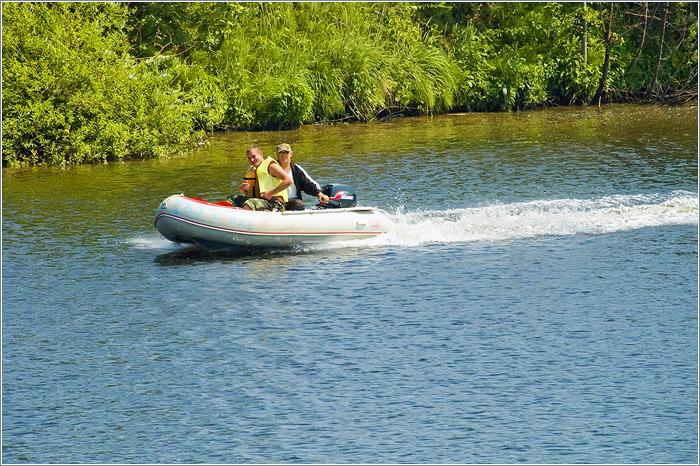 моторная лодка на большой реке