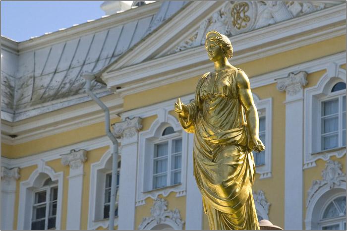 Петергоф. Петродворец. Золотая статуя