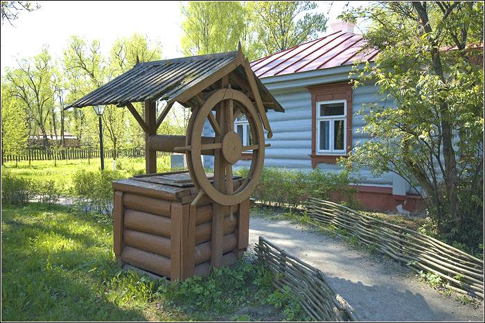 Между Флигелем и домом семейства Чеховых располагается колодец.