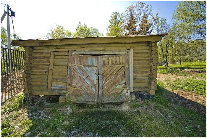 Кроме того что построен сарай по распоряжению Чехова - ничего примечательного в нём нет.