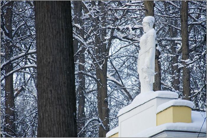 Скульптура на крыше павильона Миловида в Царицыно