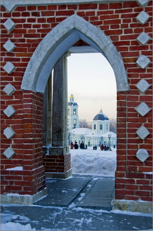 Вид сквозь галерею ограду на церковь